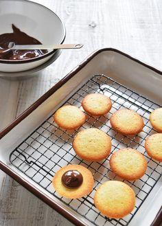 混ぜるだけ♪ サクサク ラングドシャ|LIMIA (リミア) Cookie Recipes, Dessert Recipes, Desserts, Griddle Pan, Pretzel Bites, Biscotti, Finger Foods, Crackers, Cornbread
