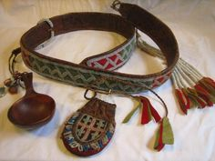 Sydsamiskt pärlbälte med tillbehör. South Saami pearl belt Leather Art, Leather Fabric, Wild Shape, Lappland, Native Style, Amulets, Clothes Horse, Leather Working, Traditional Outfits