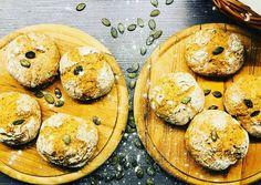 Teljes kiőrlésű tönköly zsemle fél óra alatt | Timu (Zsengezsálya gastroblog) receptje - Cookpad receptek Bagel, Camembert Cheese, Food And Drink, Dairy, Drinks, Recipes, Kitchen, Bread, Cucina