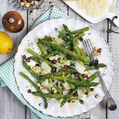 Sparris kombinerat med hasselnötter och pecorino är en fröjd för smaklökarna.