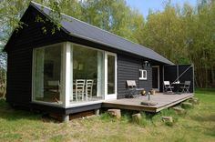 The Længehus (Longhouse) is a small modular home from Denmark that consists of standard width modules and various lengths.There is a bedroom module, a kitchen/bath module and a living room module that is joined by a breezeway module to form a dogtrot design. Contact: http://www.moenhuset.dk/
