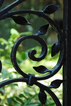 Detalj från en vacker, gammal järngrind i Wrought Iron Garden Gate Wrought Iron Garden Gates, College Of Charleston, Gothic Garden, Black Garden, Iron Art, My Secret Garden, Secret Gardens, Dream Garden, Blacksmithing