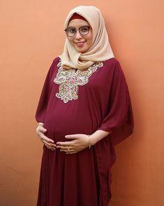 Videos Bokeh, Pregnant Mom, Hijab Outfit, Hijab Fashion, Muslim Fashion, Maternity Pictures, Maternity Dresses, Pregnancy, Plus Size