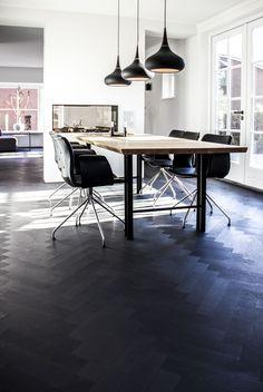 Wooden Floors Living Room, Bedroom Flooring, Living Room Modern, Wood Flooring, Black Wooden Floor, Black Floor, Modern Interior, Home Interior Design, Dining Room Table Decor