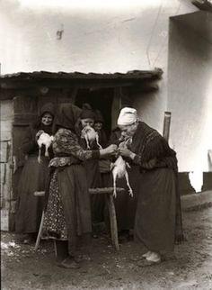 Asszonyok az udvaron tyúktisztítás közben. Fogukkal húzzák ki a tyúkok belét 1934 Traditional Outfits, Hungary, Budapest, Old Photos, No Time For Me, Art Nouveau, The Past, 1, History
