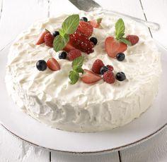 Det er tid for fest når du disker opp med denne lekre bløtkaken! Let Them Eat Cake, Desserts, Food, Tailgate Desserts, Dessert, Postres, Deserts, Meals