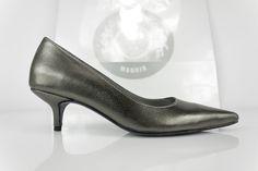 #zapato #plano #zapatos #hechosamano #atugusto #madeinspain #madrid #moda #shopping #midheels #lowheels #kittyheels #shoes #piel #metalizada #custommade #madetoorder COMPRAR/BUY: http://www.jorgelarranaga.com/es/home/499-1013.html
