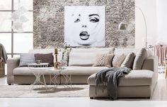 Landelijke woonkamer met moderne accenten. Zitmeubel Ravenia, karpet Patchwork, schilderij Face, vloerlamp Bow. Goossens wonen & slapen