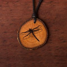 Libelle - Ketten Holzschmuck aus Naturholz / Anhänger Wood Slices, Wood Burning, Washer Necklace, Projects, Jewelry, Sewing Leather, Hipster Stuff, Driftwood Jewelry, Chains