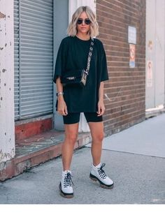 street style addict / crossbody bag oversized tee cycling shorts boots 40 Trendy Summer Outfits We're Totally Obsessed With Summer Shorts Outfits, Trendy Summer Outfits, Short Outfits, Casual Outfits, Biker Outfits, Summer City Outfits, Shorts Ootd, Summer Ootd, Spring Outfits
