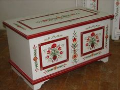 Idee per mobili Country – Recycled Furnitures Ideas Furniture Fix, Hand Painted Furniture, Recycled Furniture, Furniture Makeover, Furniture Design, Painted Chest, Painted Boxes, Scandinavian Folk Art, Art Decor