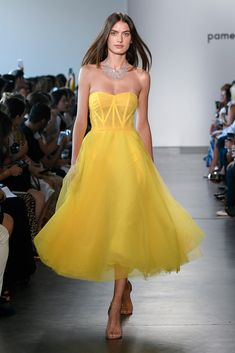 Pamella Roland Spring 2019 Ready-to-Wear Fashion Show Collection: See the complete Pamella Roland Spring 2019 Ready-to-Wear collection. Look 6 yellow dress Vestidos Fashion, Fashion Dresses, Couture Fashion, Runway Fashion, Fashion Fashion, Fashion Design, Pretty Dresses, Beautiful Dresses, Yellow Fashion
