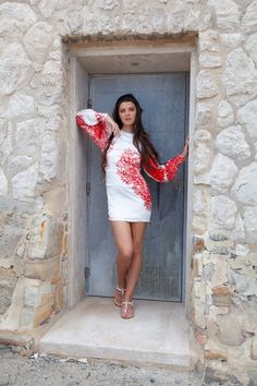 shift dress with voluminous sleeves and coral print in red and white silk satin FLORINA Red Flowers, Spring Flowers, White Silk, Red And White, Charming Eyes, Silk Satin Dress, Coral Print, Spring Day, Editorial Fashion
