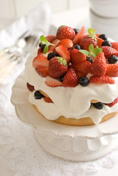 Strawberry Fresh Cream Cake; I SWEAR to..this is the best thing I've ever seen in my life!