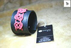 Bratara din piele naturala 34 -negru -decorat cu macrame din piele rosie -captusita cu piele neagra -margine finisata cu negru -inchizatoare metalica nichel innegrit -dimensiuni: L=18,5-19,5cm l=5cm  PRET: 65 Lei