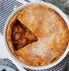 Aito amerikkalainen omenapiirakka syntyy voista, kanelista ja happamista omenoista, jotka piilotetaan meheväksi täytteeksi taikinakuoren sisään.