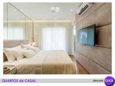 Reparem como o espelho amplia o quarto! Muito legal o painel estofado atrás da TV! Ótima solução acústica para o ambiente.