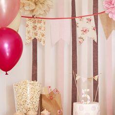 Estilo Shabby Chic, la línea British Style, una fiesta de niñas perfecta y original. Banderin de tela, toppers de tarta, pompones de papel, globos Cumpleaños rosa, tierra y beige.