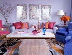 sofa lilas com almofadas rosa e laranja