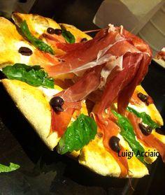 """Pizza """"Pioggia di Prosciutto"""": impasto con farina Petra 3 del Molino Quaglia, Fiordagerola, prosciutto San Daniele, olive di Gaeta, olio EVO DOP Pregio. Eseguita da #luigiacciaio #gigiacciaio"""