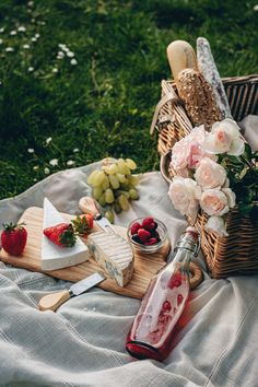 Atmospheric photo of picnic in the park. Photo by Julia Pashentseva. Picnic Restaurant, Comida Picnic, Picnic Photography, Picnic Style, Picnic Date, Romantic Picnics, Outdoor Food, Picnic Foods, Picnic In The Park