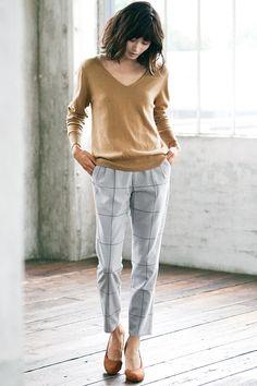 ほんのりマニッシュな美脚パンツには、シンプルなニットを合わせて。抜け感のある着こなしに女らしさが引き立ちます。
