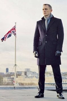 Daniel Craig as James Bond in Skyfall, Estilo James Bond, James Bond Style, James Bond Tuxedo, James Bond Suit, Gentleman Mode, Gentleman Style, Man's Overcoat, Black Overcoat, Daniel Craig James Bond