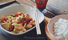 Tomate, pimentos, cogumelos e cebola são refogados e envolvidos, juntamente com o frango, num molho de inspiração asiática