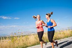 La elasticidad y la tonificación de la piel se pierden con la edad. Puedes mantener la firmeza de tu piel haciendo ejercicio físico regularmente. Un ejercicio moderado como el yoga puede ser tan beneficioso como el más vigoroso ejercicio muscular. Cuando haces ejercicio, incrementas el flujo sanguíneo hacia la piel, lo que implica que ésta reciba de manera óptima los nutrientes y vitaminas esenciales. Por otra parte el ejercicio tonifica tus músculos, lo que ayuda a darle forma a tu piel.