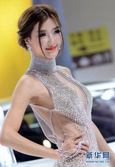 <2012年の話題1>露出を競ったモーターショーコンパニオンたち―中国|新華社日本語経済ニュース