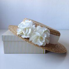 Canotier decorado con una cinta de raso con dos flores a juego.El canotier puede ser de copa alta o baja.Hay dos tallas de sombrero de copa alta:M (56 cm)L (58 cm)