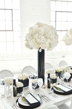 Clean Black and White Wedding with Balloons Black and White Wedding Table Setting, Tall White Wedding Centrepieces, Clean Wedding Table Ideas Table Decoration Wedding, Decoration Buffet, White Wedding Decorations, Wedding Centerpieces, Flower Centerpieces, Wedding Themes, Wedding Ideas, White Table Settings, Wedding Table Settings