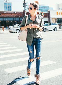 look-casual-friday-jeans-rasgado-camisa-sandalia-com-franjas