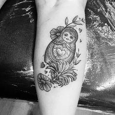 A matryoshka tattoo is a symbol of feminism, fertility, motherhood and family. Check our selection of 24 vibrant Matryoshka tattoo designs and get inspired. Leg Tattoos, Black Tattoos, Cool Tattoos, Strick Tattoo, Russian Doll Tattoo, Nesting Doll Tattoo, Rhino Tattoo, Knitting Tattoo, Electronic Tattoo