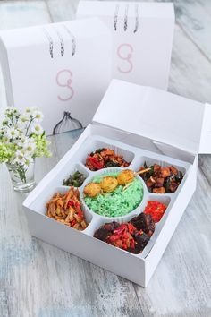 Nasi campur gaia Nasi Liwet, Finger Food Catering, Taco Restaurant, Rice Box, Mexican Food Delivery, Food Box, Good Food, Yummy Food, Food Icons