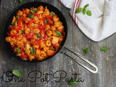 Arkena sitä kaipaa helppoa ja maistuvaa ruokaa. One Pot Pasta eli yhden pannun pasta on juuri täydellistä ruokaa arki kiireiden keskelle ja mikä parasta, se on niin huippuhyvää! One Pot Pastassa kaikki raaka-aineet laitetaan samalle pannulle kypsymään hetkeksi javoilà, ruoka on pian jo valmis nostettavaksi pöytään. Yhden pannun pastaan voi laittaa kanaa, makkaraa, lihaa, kasviksia,...Read More
