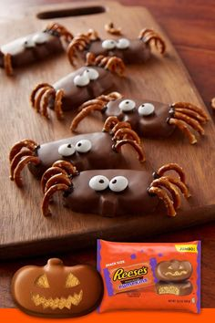 Celebrate Scary Season by creating tasty crawly creatures with the family! Check out this fun and easy Halloween recipe for Peanut Butter Spiders with REESE'S Limited Edition Pumpkin Shapes. Casa Halloween, Halloween Goodies, Halloween Desserts, Halloween Food For Party, Halloween Birthday, Holidays Halloween, Halloween Kids, Halloween Treats, Halloween Recipe