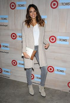 Celebrity style on the street for young Hollywood moms such as Miranda Kerr and Jessica Alba is a source of inspiration for us to give our casual looks edge Jessica Alba Pictures, Jessica Alba Style, Mature Fashion, Fashion Essentials, Business Outfits, Fashion Books, Casual Looks, Celebrity Style, My Style
