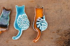 Beautiful cats brooch. Ceramic kittens is perfect gift for cat lovers and lovers brooches .  You have a choice of 4 different colors: - Green cat - Orange cat with green patch - Turquoise cat - Orange cat with green stamp - or the set of all 4 cats There is only 1 piece of each color!   Made of light clay. Twice fired at a high temperature of about 2000 F. First formed raw clay. The second firing products covered by high-quality glaze  Feline brooches can be attached to the cap, bag, scarf…