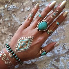 Sonnengebräunte Hände und indianischer Schmuck - passt gut zusammen!  Eine schöne Auswahl an echt indianischen Ringen findet ihr hier:   http://www.indianerschmuck-store.de/schmuck/indianerschmuck/indianerschmuck-ketten-armbaender-accessoires/ringe.html