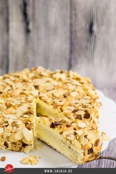 Sallys Schwedische Mandeltorte - Low Carb Swedish almond cake low carb Delicious, powerful and extre Low Carb Lunch, Low Carb Keto, Low Carb Desserts, Healthy Desserts, Low Carb Backen, German Baking, Almond Cakes, Vegan Snacks, Us Foods