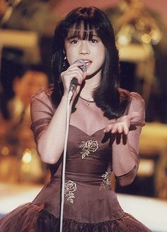 Akina Nakamori, uma das maiores estrelas da história da música japonesa. Rival de Seiko Matsuda nos anos 1980 como rainha da música pop. Enquanto Matsuda fazia o tipo boneca a ser idolatrada, Nakamori representava a garota comum, mais acessível. Cantora de voz versátil e encorpada.