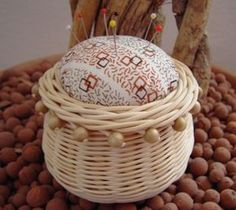 Egg Basket, Rope Basket, Rattan Basket, Weaving Designs, Weaving Projects, Weaving Art, Paper Basket Weaving, Willow Weaving, Newspaper Basket