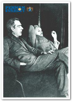 """Niels Bohr, dansk nobelpristagare i fysik, tillsammans med Albert Einstein* Bohr var den som 1939 upptäckte kärnklyvning. Bohr var forskare kring atomfission. Redan på 1930-talet ansågs kunna bli mäktigt vapen. Bohr fick fram den sällsynta isotopen uran-235 som gjorde uran klyvningsbart. Bohr var med i utvecklandet av världens första atombomb. Bohr befanns sig i USA under täcknamnet """"Uncle Nick""""  med Manhattanprojektet, forskningen tog mindre än två år för att få fram världens första…"""