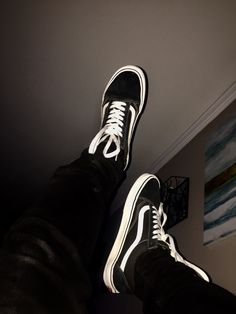 tag a vans lover😊 Aesthetic Boy, White Aesthetic, Aesthetic Grunge, Aesthetic Photo, Skateboard Images, Old School Fashion, Boy Photography Poses, Boy Pictures, Tumblr Boys