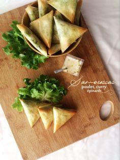 Samoussas au poulet, curry et épinards