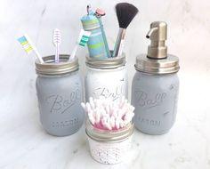 Mason Jars im Vintage-Look: Ob als Baddeko und Utensilo oder als Blumenvase - die Trendgläser aus den USA machen sich super als Dekoration für die Wohnung. Wie man sie selbst ganz einfach herstellen kann, seht ihr auf meinem Blog. #DIY