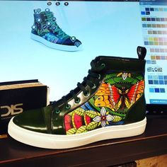 Customize your sneakers! Completly painted by hand! www.dis.shoes #weardis #customize #sneakers #bespoke #shoeoftheday #italianshoes #designyourown #hitopsneakers #handpainted #artisanal #artwork #green #nature #painting #cool #fashionaddict