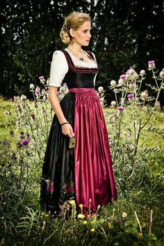 #Farbbberatung #Stilberatung #Farbenreich mit www.farben-reich.com Das lange Seidendirndl Luzia von Designerin Lena Hoschek ist die perfekte Kombination aus traditionellem Schnitt und modernen Stoffen.