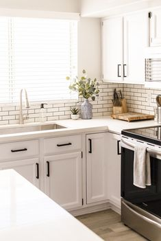 30 White Kitchen Cabinets To Brighten Up Your Cooking Space These stylish kitchens, including whatever from white kitchen cabinets to slick white tiles, are determined to give support to as inspiration for your own kitchen design. White Kitchen Backsplash, Subway Tile Kitchen, White Kitchen Cabinets, Kitchen Redo, Home Decor Kitchen, Kitchen Furniture, Home Kitchens, Kitchen White, Backsplash Ideas